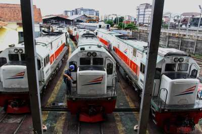 Kereta Api di Depo Lokomotif Daop 6 Yogyakarata