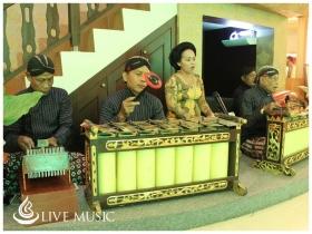 Pertunjukan musik tradisional di Cupuwatu Resto