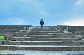 Hamparan anak tangga siap menyambut Anda