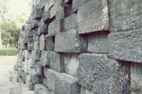Susunan batuan di bagian bawah bangunan candi