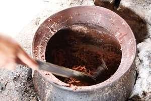 Proses memasak manggar. Butuh waktu 4 sampai 5 jam.