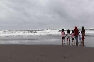 Bersama menikmati ombak pantai Parangtritis