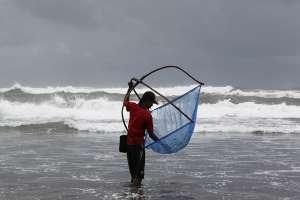 Aktivitas nelayan menangkap ikan di pantai