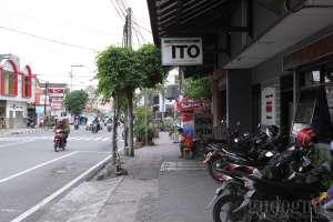 Tempat parkir yang relatif sempit jadi tantangan tersendiri di restoran bakso ITO