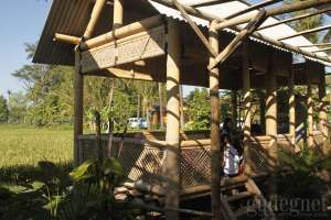 Bale-bale bambu tempat sarapan di soto Bathok, Kadipiro