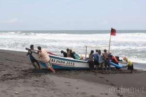 Nelayan saling membantu di pantai Pandansimo, Yogyakarta