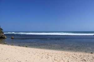 Pasir di Pantai Sundak yang bersih dan hangat