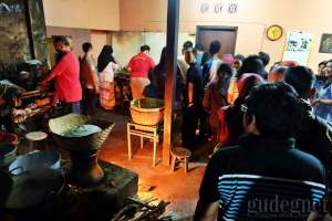 Suasana pembeli yang mengantri di gudeg Pawon Yogyakarta