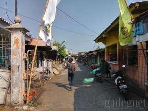 Jalan menuju tempat pemotongan ayam, terletak di sebelah utara Pasar Terban
