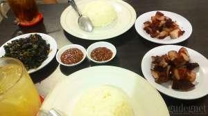 Babi merah dilengkapi saus dan oseng daun pepaya di Bajang Babi Nusantara