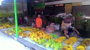 Pedagang pisang di pasar Prambanan sementara
