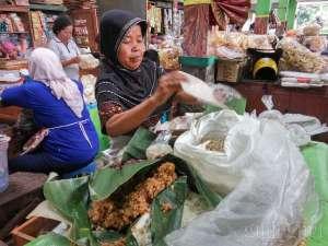 salah satu penjual makanan di dalam pasar gendeng