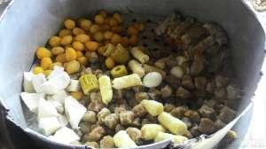Pengunjung dapat mengambil sendiri porsi yang diinginkan seperti siomay, tahu, pare, kentang, dll