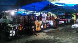 Pedagang di Pasar Sore menggunakan tenda atau terpal untuk berjualan, tidak ada bangunan permanen.