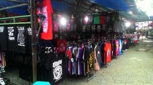 Selain menyediakan kaos sablon khas Jogja, Pasar Sore juga menjual kaos-kaos ala anak muda.
