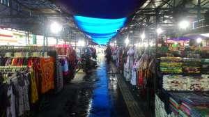 Jika berbelanja ke Pasar Sore Malioboro pandai-pandailah menawar agar mendapat barang bagus dengan h