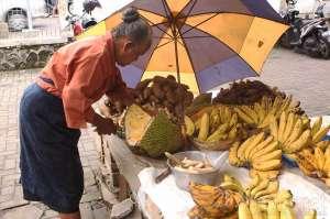 Penjual pisang dan umbi-umbian yang mulai langka di pasar Gading, Yogyakarta