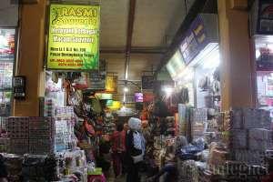 Pusat aksesoris untuk keperluan manten di pasar Beringharjo, Yogyakarta
