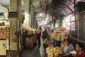 Los penjual oleh-oleh di pasar Beringharjo, Yogyakarta