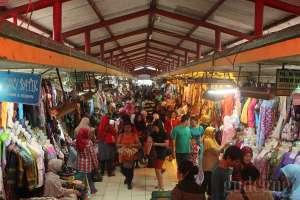 Pusat jual beli pakaian di pasar Beringharjo, Yogyakarta