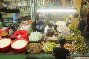 Los buah dan kebutuhan sehari-hari di pasar Beringharjo, Yogyakarta