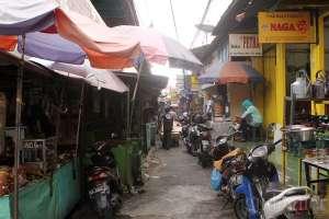 Los jual beli barang bekas di pasar Beringharjo, Yogyakarta