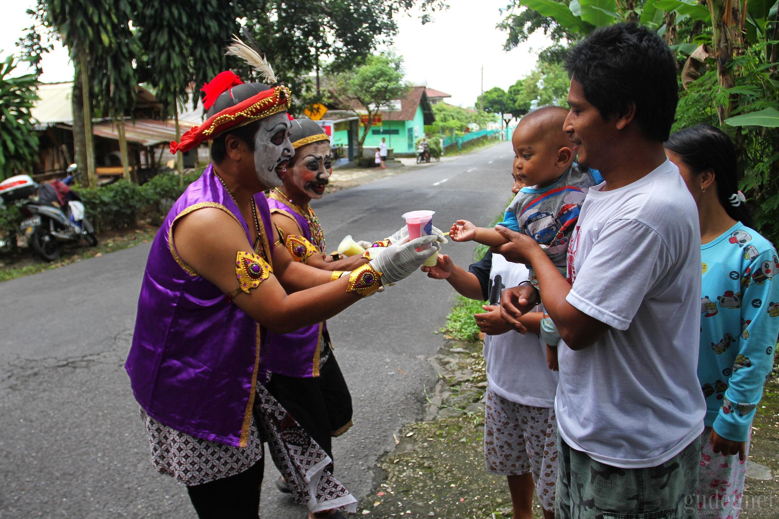 Punakawan Bagi-bagi Susu Gratis di Lereng Merapi