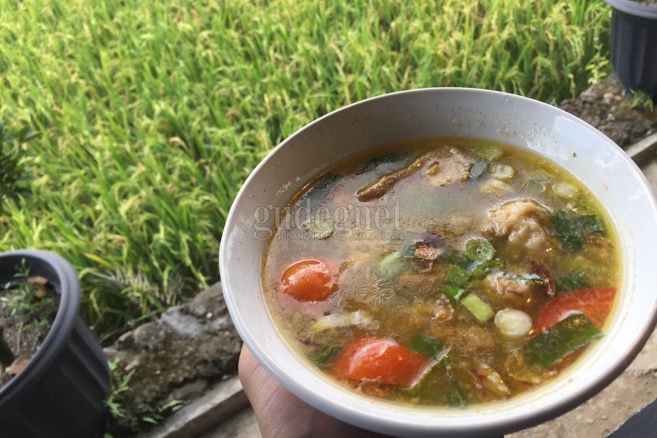 'Rindu Alam', Menikmati Sup Iga di Tepi Sawah