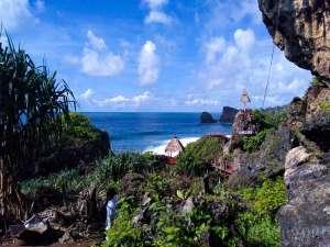 Pesona Pantai Siung dan Serunya Petualangan Panjat Tebing