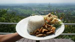 Menikmati Hidangan dan Pemandangan di The Manglung View & Resto