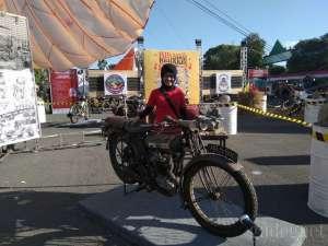 Wanita Biker Ini Koleksi 14 Motor Antik