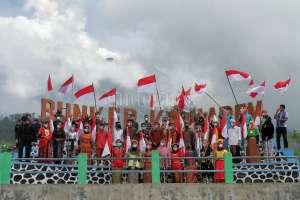 Kenakan Pakaian Adat, Puluhan Mahasiswa Gelar Upacara Sumpah Pemuda di Bunker Merapi